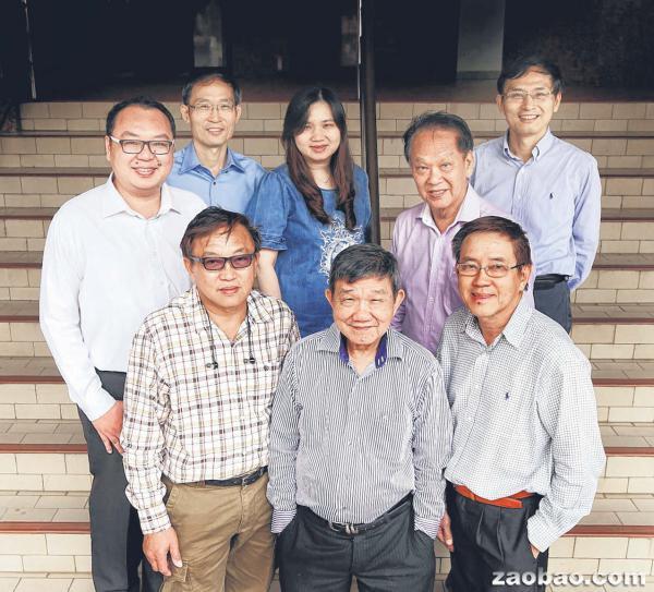 新加坡龚氏总会筹委会及发起会员。前排左起为龚良勋、龚运松、龚仪勋;后方左起是龚健龙、龚永平、龚佩雅、龚建生和龚正发。(周柏荣摄)